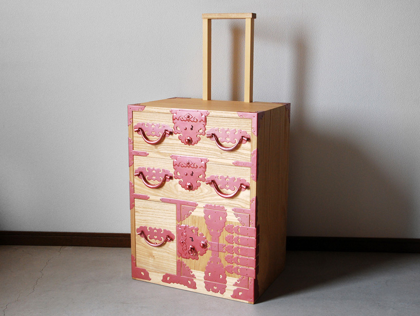 Furnitureholic-yuukou-yamaguchi-echizantansu-suitcase-designboom-013