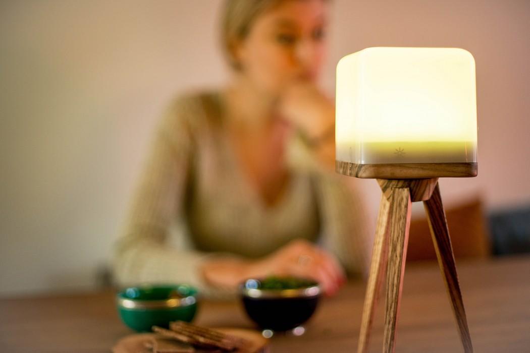 lucis-wireless-lamp-wooden-tripod-livingroom2