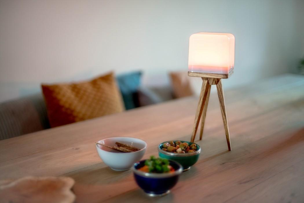 lucis-wireless-lamp-wooden-tripod-livingroom4