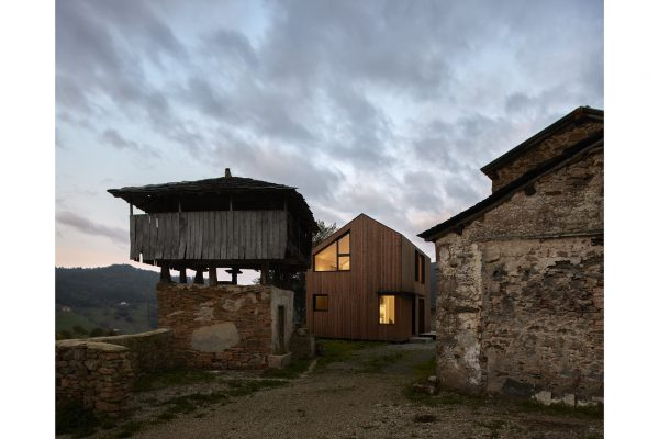 casa MONTAÑA completed by Baragaño Architects