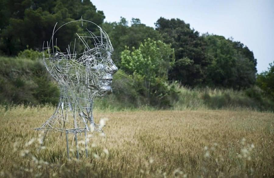 Impressive-Steel-Sculpture-of-a-Woman6-900x585